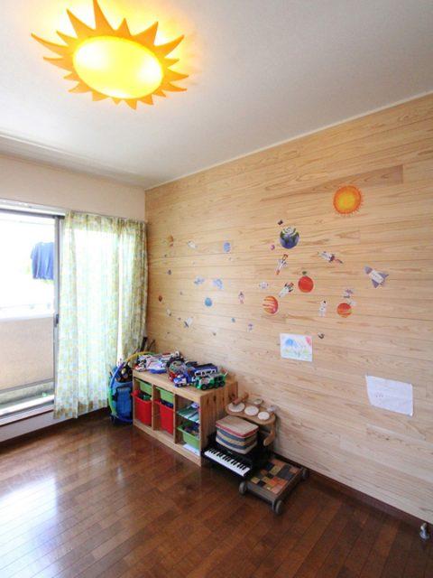 戸建てリノベーション、フィールドガレージ、板張り壁、太陽モチーフ、明るい子ども室