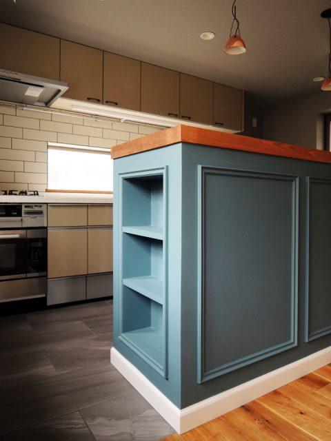 戸建てリノベーション、株式会社錬、キッチンカウンター造作、ブルーグレー、木製天板