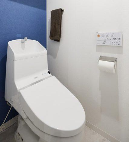 マンションリノベーション、インテリックス空間設計、トイレのアクセントウォール、ブルー壁紙、トイレ収納