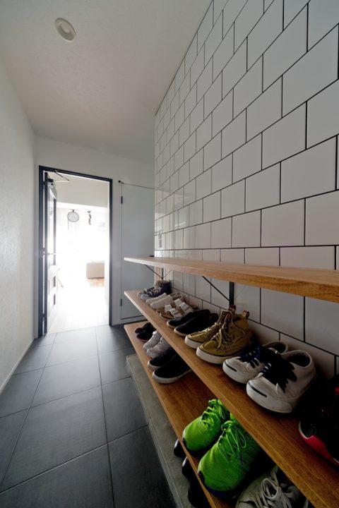 マンションリノベーション、ハコリノベ、白いタイル壁、馬張り、玄関収納