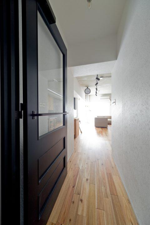 マンションリノベーション、ハコリノベ、ガラス入り室内ドア、ネイビードア枠、アカシア無垢材