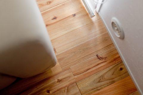 マンションリノベーション、ハコリノベ、アカシア無垢材、リビング床、塗装床