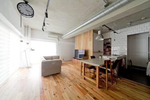 マンションリノベーション、ハコリノベ、アカシア無垢、ライティングレール、木張りテレビボード