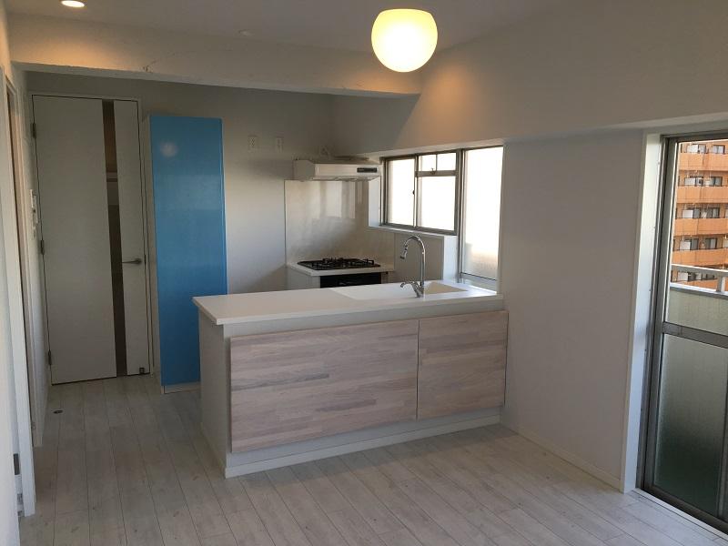 マンションリノベーション、アートテラスホーム、二列型キッチン、木目腰壁、対面キッチン