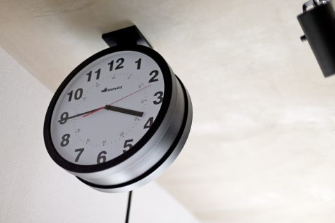 マンションリノベーション、ハコリノベ、両面時計、天井付け時計、学校時計