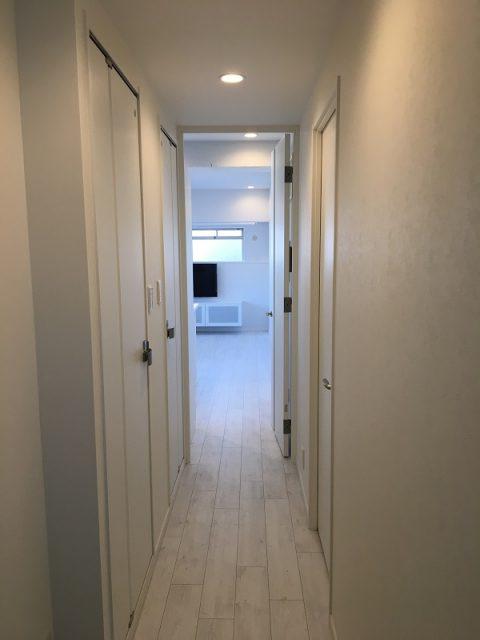 マンションリノベーション、アートテラスホーム、玄関ホール、白い廊下、ホワイトオーク