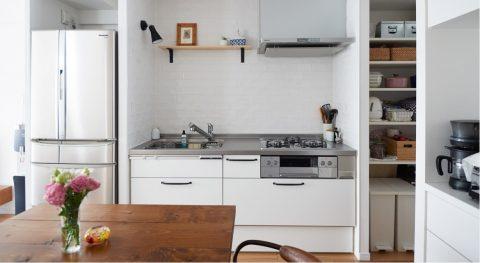 マンションリノベーション、インテリックス空間設計、コンパクトキッチン、白いタイル、キッチン飾り棚
