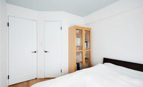 マンションリノベーション、インテリックス空間設計、シンプル寝室、グレー天井、白いベッドルーム