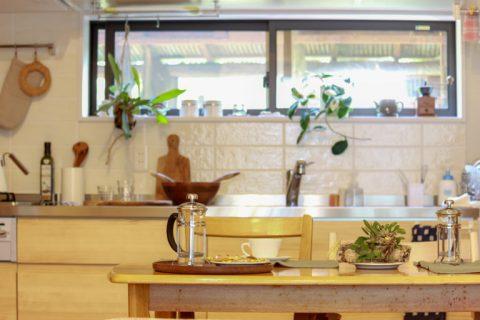 戸建てリノベーション、住工房株式会社、白いタイル壁、キッチン窓、見せるキッチン