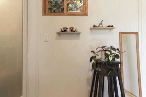 戸建てリノベーション、住工房株式会社、飾り棚、ステンドグラス、玄関グリーン