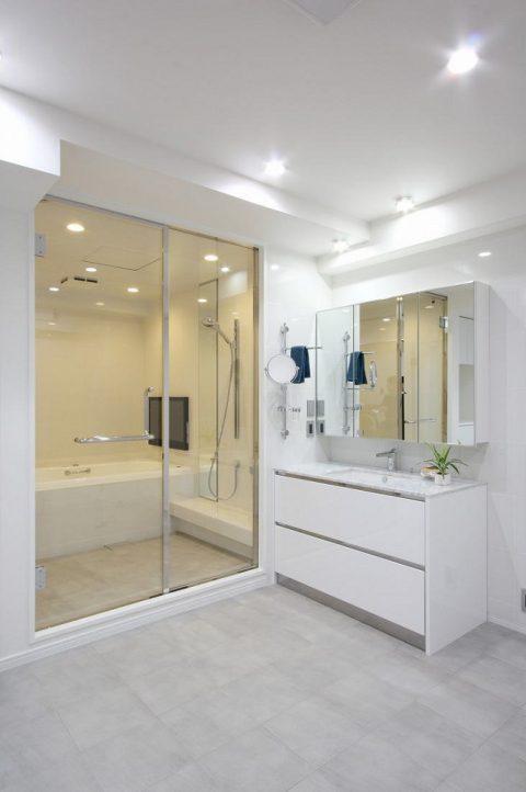 戸建てリノベーション、株式会社アレックス、ガラス浴室扉、白い洗面台、タイル張り洗面室