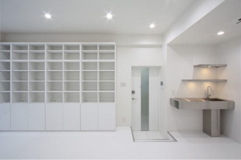 戸建てリノベーション、株式会社アレックス、キッチン付き個室、白いインテリア、大容量本棚
