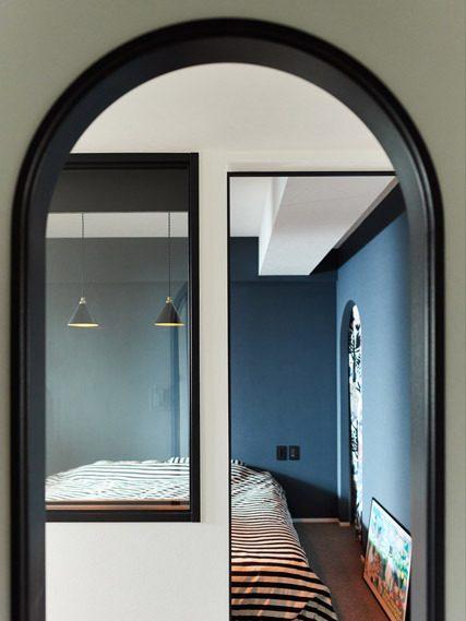 マンションリノベーション、インテリックス空間設計、アーチ開口、室内窓、ネイビー壁紙