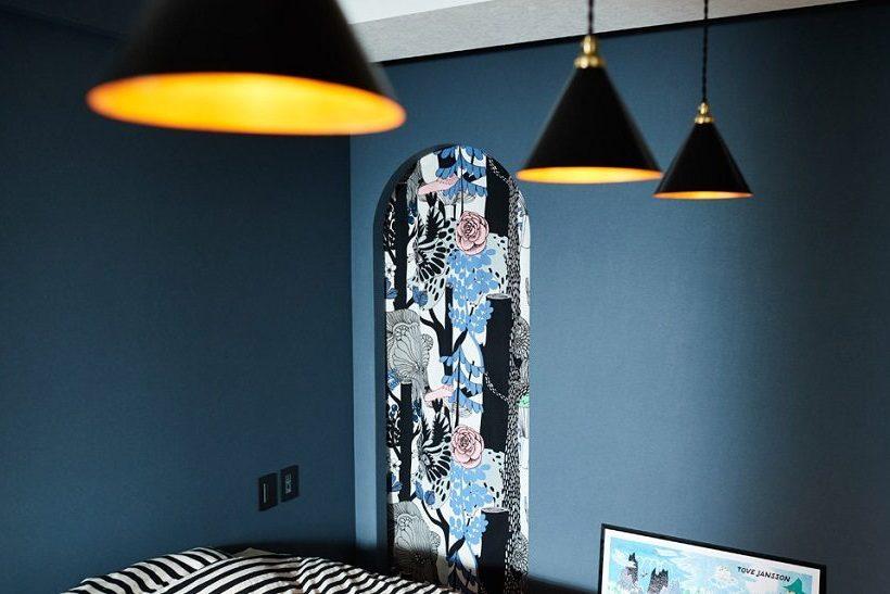 マンションリノベーション、インテリックス空間設計、ネイビー壁紙、マリメッコ、三角照明