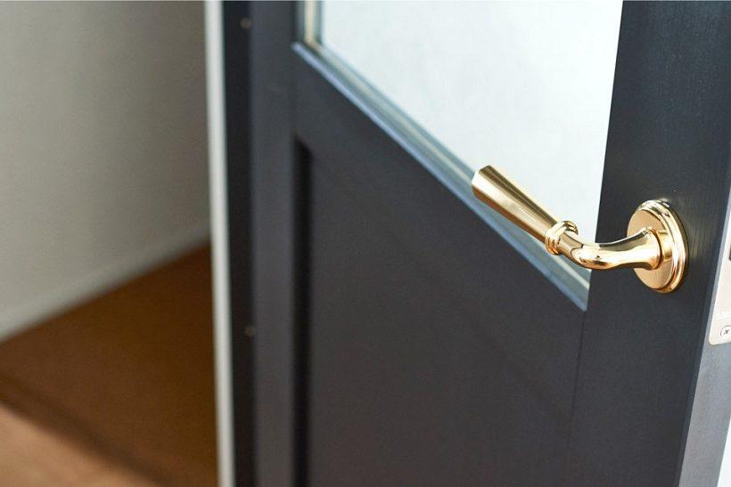 マンションリノベーション、インテリックス空間設計、ゴールド取っ手、黒リビングドア、ガラス入りドア