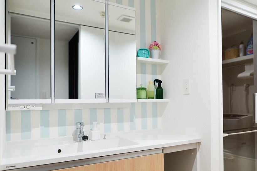 マンションリノベーション、インテリックス空間設計、ストライプ壁、浴室ガラスドア、収納三面鏡