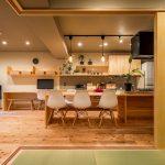 「株式会社駿河屋」の「アイランドキッチンで空間をのびのび使う!自然素材が心地よいマンションリノベーション」