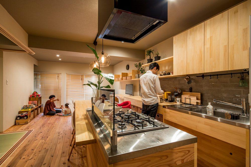 マンションリノベーション、株式会社駿河屋、二列型キッチン、自然素材、テーブル一体キッチン