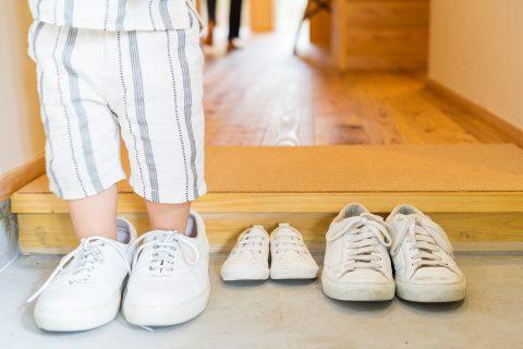 マンションリノベーション、株式会社駿河屋、杉無垢フローリング、玄関框、子ども靴