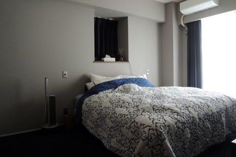 マンションリノベーション、株式会社錬、ブルーベッドカバー、ベッドルーム出窓、シック寝室