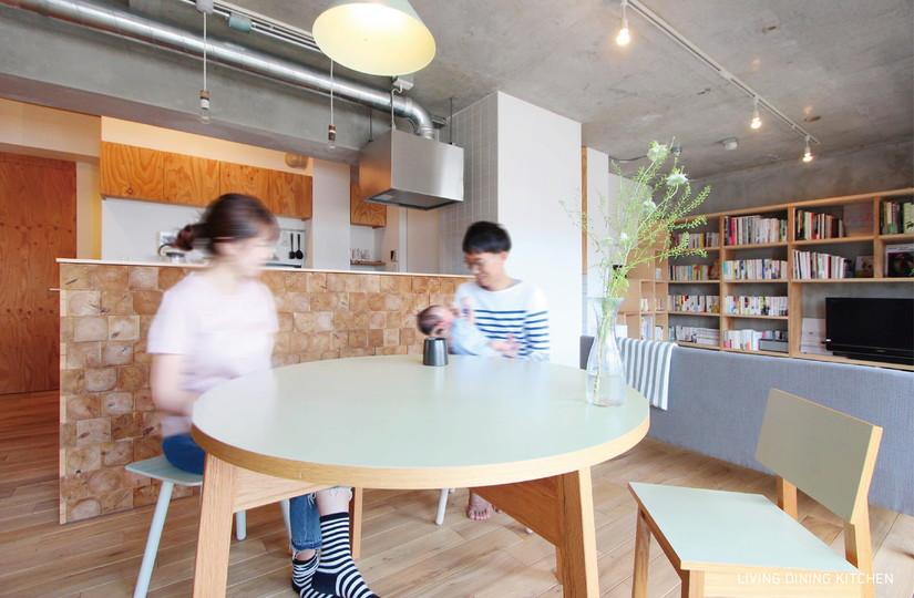 「nu(エヌ・ユー)リノベーション」のリノベーション事例「間取り工夫で、もっと家族を感じる住まいに。木の風合いを満喫するマンションリノベーション」