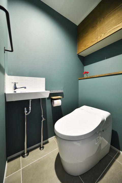 スタイル工房、マンションリノベーション、トイレ、TOTO,ブルーグレーの壁紙、手洗い、タンクレス
