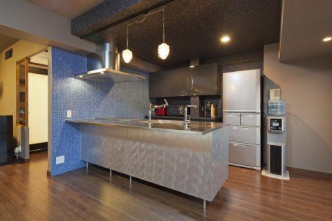 マンションリノベーション、GLADDEN、ステンレスキッチン、オープンキッチン、ガラスタイル