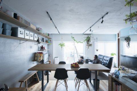 マンションリノベ、ハコリノベ、リビング、グレーの壁、オープン収納、リビング収納、植物と暮らす、植物のある暮らし、左官仕上げ
