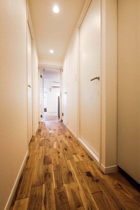 マンションリノベーション、リノデュース、オーク無垢材、白いドア、玄関ホール
