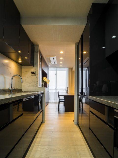 マンションリノベーション、クオリア、オーダーキッチン、鏡面調扉、キッチン収納