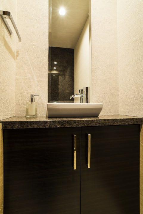 マンションリノベーション、クオリア、トイレ手洗いカウンター、ウォールナット手洗い、シックな手洗い