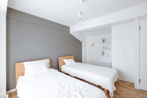 マンションリノベーション、リノデュース、グレーアクセントクロス、白いベッドルーム、オーク無垢材
