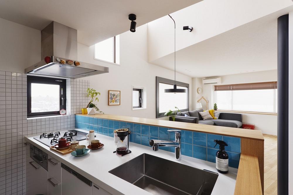 マンションリノベーション、スタイル工房、メゾネットタイプ、対面キッチン、タイル壁、吹き抜け、リビング、グラフテクト