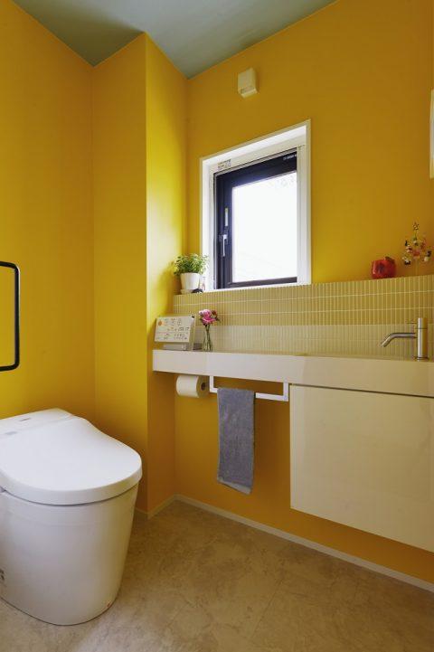 マンションリノベーション、スタイル工房、メゾネットタイプ、トイレ、黄色の壁、手洗い器、タンクレストイレ