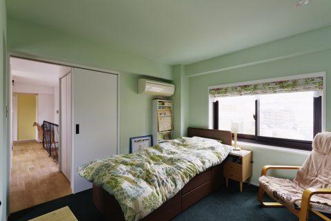 マンションリノベーション、スタイル工房、メゾネットタイプ、寝室、アクセントクロス、緑の壁紙、