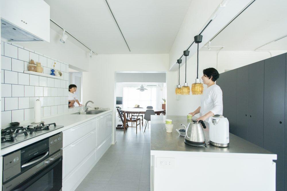 マンションリノベーション、ゼロリノベ、キッチンカウンター、白いキッチン、室内窓