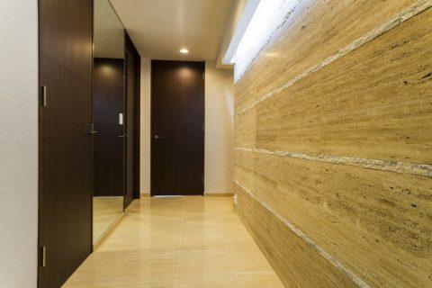 マンションリノベーション、クオリア、石張りの壁、ウォールナット扉、大理石床