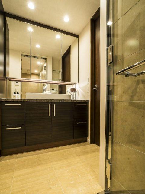 マンションリノベーション、クオリア、収納三面鏡、ウッォールナット洗面台、大理石床