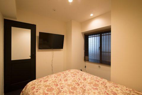 リノステージ,マンションリノベーション、寝室、ベッドルーム、壁掛けテレビ