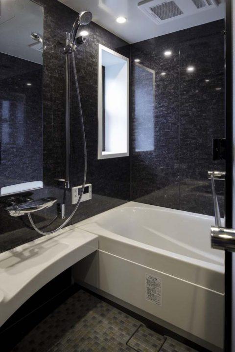 戸建リノベーション、三井のリフォーム(三井不動産リフォーム) 、リクシル1316、モノトーン浴室、ブラック鏡面