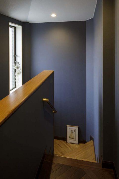 戸建リノベーション、三井のリフォーム(三井不動産リフォーム) 、ホテルライク、ダークブルー壁紙、階段室
