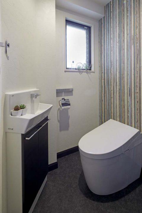 戸建リノベーション、三井のリフォーム(三井不動産リフォーム) 、トイレアクセントクロス、トイレ手洗い器、トイレフロアタイル