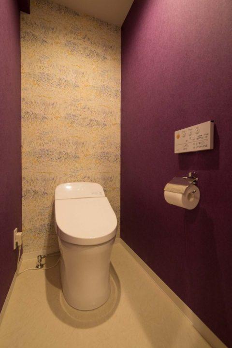 リノステージ,マンションリノベーション、トイレ、アクセントクロス、紫の壁紙