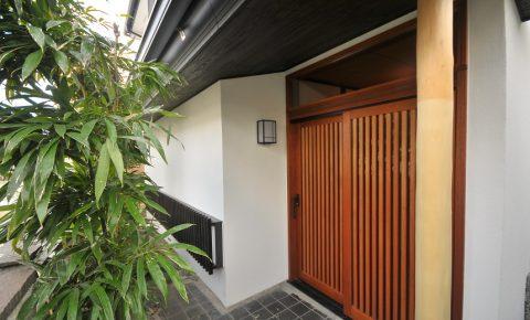 戸建リノベーション、アートテラスホーム株式会社、縦格子ドア、和風玄関、玄関引き戸