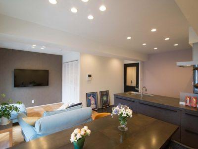 「リノステージ」のリノベーション事例「キッチン、床、壁紙。好きなものだけに囲まれた理想の住まいへリノベーション」