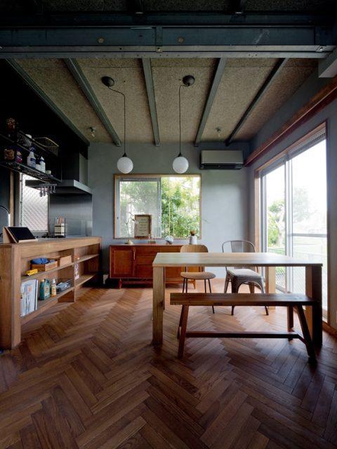 戸建リノベーション、スクールバス空間設計、鉄骨梁、ヘリンボーン、ウッディーキッチン
