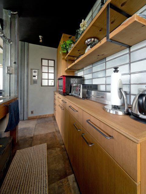 戸建リノベーション、スクールバス空間設計、キッチン収納、アイアン収納、平田タイル