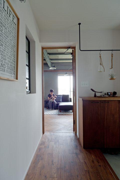 戸建リノベーション、スクールバス空間設計、玄関ホール、オーク無垢、アイアンバー