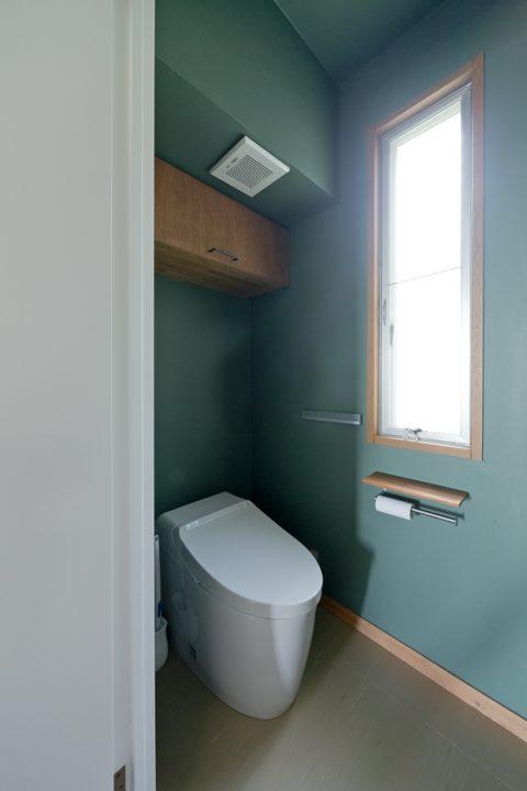 戸建リノベーション、スクールバス空間設計、グリーンクロス、トイレ収納、トイレ窓