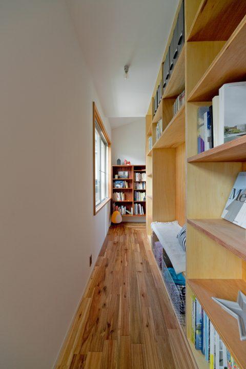 戸建リノベーション、スクールバス空間設計、ライブラリー、壁いっぱい本棚、読書ルーム